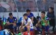 """Ảnh: HLV Thành Công và cầu thủ Quảng Nam """"thẫn thờ"""" khi nhận vé xuống hạng"""