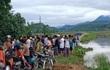 Đẩy xe máy qua tràn ngập nước, 2 thanh niên bị nước cuốn cả người và xe