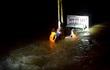 Xe tải băng qua cầu tràn bị nước cuốn, 2 người mất tích