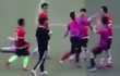 """Cầu thủ Trung Quốc gây phẫn nộ cùng cực: Vào bóng triệt hạ, cố tình giẫm lên người đối thủ rồi đấm thẳng mặt """"kẻ đến hỏi tội"""""""