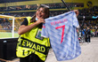 Nhân viên an ninh được tặng áo số 7 huyền thoại sau khi bị Ronaldo đá bóng trúng đầu