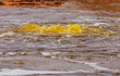 Bí ẩn về hồ nước nhờn như dầu mỡ, không ai dám tới gần