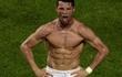 """Vừa khởi xướng phong trào gập bụng, Ronaldo lập tức bị nữ VĐV cho """"hít khói"""""""