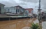 Mưa lũ miền Trung: Tàu hàng có 8 người Trung Quốc mắc cạn, 3 người mất tích chưa tìm thấy