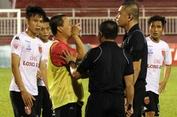 Hài kịch trên sân Thống Nhất: Long An bỏ không đá cuối trận gặp Tp. HCM
