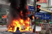 Xe Mercedes gây tai nạn rồi bốc cháy