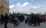 """Người nhà đại ca giang hồ Tân """"móp"""" la hét sau khi tòa tuyên án, hàng trăm cảnh sát phải can thiệp"""