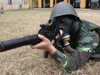 Thăm nơi sửa chữa xe chuyển quân và vũ khí của Việt Nam