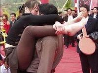 Mặc váy hở rốn, Phương Uyên bị tố xuyên tạc đồng phục nữ sinh Nhật Bản