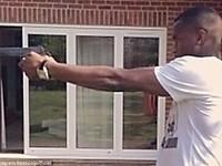 """BẢN TIN SÁNG 29/5: Học đòi Bassong, """"sao"""" Tottenham vác súng ra khoe"""