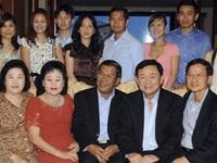 TG 24h qua ảnh:  Nhà sư Campuchia dội nước cầu may cho thiếu nữ