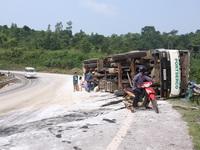 Người dân liều mình nhặt dưa hấu vung vãi trên quốc lộ
