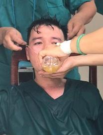 Y bác sĩ trung tâm cấp cứu 115 Đà Nẵng làm việc đến kiệt sức trong cuộc chiến với Covid-19