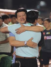 TRỰC TIẾP Sài Gòn FC 0-0 HAGL: HLV Kiatisuk có hành động đặc biệt với đối thủ trước giờ G