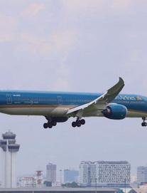 Chuyến bay chở lô vắc xin Covid-19 đầu tiên đã hạ cánh xuống sân bay Tân Sơn Nhất lúc 11h trưa