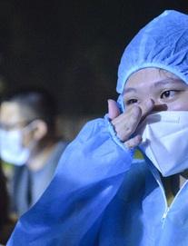 """Hà Nội: Dỡ phong toả """"ổ dịch"""" Thanh Xuân Trung, nhân viên y tế vui mừng bật khóc nức nở"""