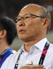 VFF tiết lộ tỷ phú Phạm Nhật Vượng là người thay bầu Đức trả lương cho HLV Park Hang-seo