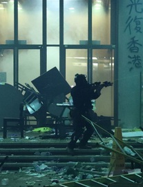 Hồng Kông: Đột phá cảnh sát bất thành, người biểu tình bị vây khốn trong trường học, hoảng loạn vì cạn lương thảo