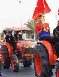 Người dân lái máy cày ra Nội Bài đón những người hùng SEA Games 30