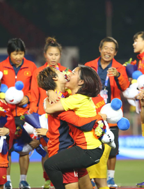 Chùm ảnh: HLV Mai Đức Chung và học trò rạng rỡ ăn mừng HCV SEA Games thứ 2 liên tiếp