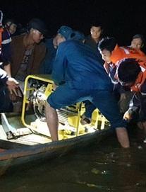 Ghe chở 10 người vượt sông đi cúng đầu năm bị chìm, đã vớt được 3 thi thể, còn 3 người mất tích