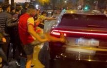 CĐV Barca tấn công ô tô của HLV Koeman sau El Clasico