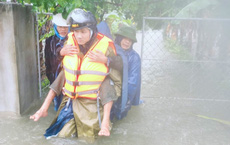 Hà Tĩnh ngập sâu, nước lũ đang lên nhanh, công an đến mọi ngóc ngách nhà dân sơ tán người