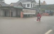"""Video: Sau 24h """"chôn chân"""" trong nước ngập, đoàn xe trên QL1A qua thị xã Ba Đồn - Quảng Bình bắt đầu di chuyển được"""