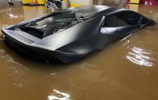 """""""Buốt ruột"""" Lamborghini 8 tỷ nhem nhuốc bùn đất, nước lũ tràn vào khoang lái"""