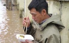 """""""Đói quá, phải ăn vội miếng cơm để còn chở hàng vào cứu người dân"""""""
