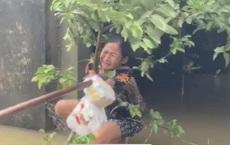 Cùng cực trong đại hồng thủy ở Quảng Bình: 'Chừ mới được cho cơm, mì gói mà nhai. Chừ tôi trắng tay'