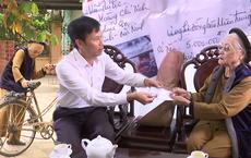 Cụ bà 88 tuổi đập lợn đất được 5 triệu, đạp xe đi ủng hộ người dân miền Trung
