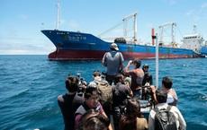 """Hạm đội Trung Quốc bị tố rình rập, thừa cơ nước bạn gặp khó để nhảy vào """"khoắng"""" tài nguyên"""