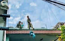 """[Ảnh] Xe tải cẩu chở thuyền đến nơi an toàn, công an, bộ đội giúp người Đà Nẵng chằng chống nhà cửa """"đón"""" bão số 9"""