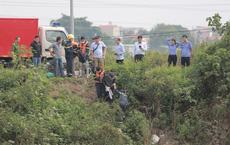 [ẢNH] Áp giải nghi phạm đến hiện trường để tìm kiếm thi thể nữ sinh ngân hàng ở Thường Tín