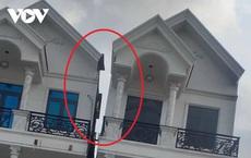 """Căn nhà 4 tầng bất ngờ bị nghiêng ở Bình Dương: Đội """"thần đèn"""" giải cứu gần xong"""