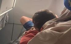"""Mua vé ngồi cạnh cửa sổ máy bay, cô gái sững sờ khi đứa trẻ ăn vạ để """"cướp"""" chỗ, câu nói của bà mẹ càng gây ức chế"""