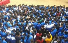Xúc động hình ảnh cả nghìn học sinh ôm nhau khóc giữa sân trường