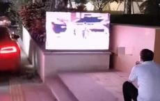 Ông bố thất thểu ngồi xem TV ngoài đường, hàng xóm biết lý do liền tặc lưỡi: Muốn con học giỏi thì phải chịu!