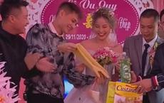 """Clip cô dâu cười ngặt nghẽo trên sân khấu khi nhận quà cưới từ anh trai, dân mạng hài hước: """"Ban đầu tưởng máy rửa bát!"""""""