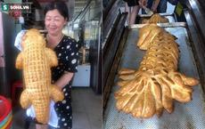 """Bánh mì cá sấu khổng lồ gây """"bão"""", ngày bán trăm chiếc"""