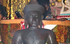 Phát hiện bức tượng lạ màu đen ở Sóc Trăng đã bị gãy tay, mất phần chân: Nghi là tượng thần Vishnu