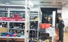 Kho hàng lậu khủng 40 nhân viên chốt đơn livestream:  QLTT thuê riêng 34 container đưa hàng niêm phong vào kho