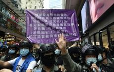 """Phát ngôn viên BNG Trung Quốc """"nổ"""" loạt tweet giữa đêm, dằn mặt thế giới về luật an ninh Hồng Kông"""