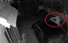 Ô tô bốc cháy trong đêm, chủ nhà check camera thì phát hiện hành động đáng sợ của thanh niên lạ mặt
