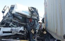 Đầu xe tải và xe container găm chặt sau tai nạn, 1 người chết, 2 người bị thương