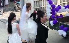 """Đứng ngẩn người trước chiếc xe hoa """"bá đạo"""", cô dâu sau đó đổi sắc mặt nhờ một hành động bất ngờ của chú rể ở phút chót"""