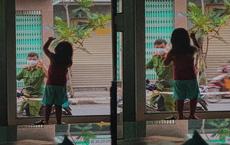 """Giữa """"tâm dịch"""" Đà Nẵng, hình ảnh chiến sĩ công an chào con gái qua cửa kính gây xúc động"""