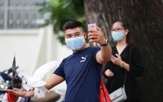 """Người Sài Gòn bịt khẩu trang kín mít chụp ảnh """"tự sướng"""" trong ngày đầu xử phạt không đeo khẩu trang"""