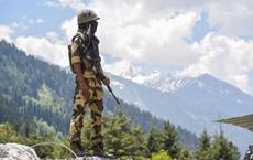 """Báo Ấn Độ: Lính Ấn Độ ở vùng biên giới bị tấn công bất ngờ, """"hung thủ"""" đã bỏ trốn vào rừng"""